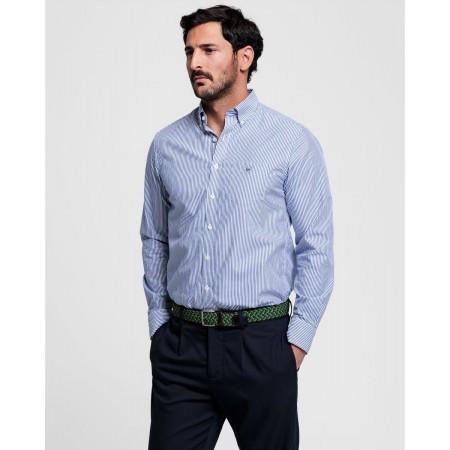 Esta Camisa em popelina com riscas finas regular fit colegial é um básico intemporal de qualquer guarda-roupa