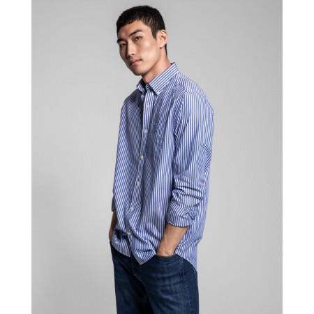 Esta camisa em popelina às riscas regular fit colegial é um básico intemporal de qualquer guarda-roupa. Pode ser usada com blazers ou malhas.