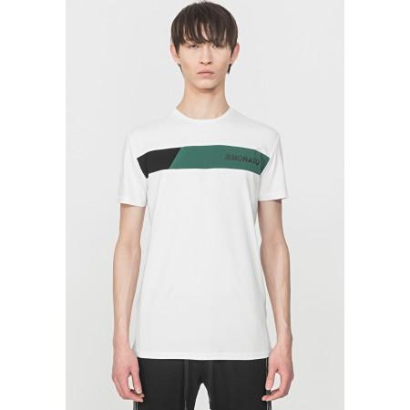 T-shirt de manga curta e decote slim. Confecionada em algodão elástico crocante, em tons claros, com o logotipo no peito esquerdo.