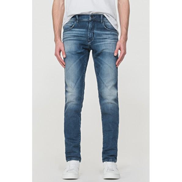 Um ajuste fino para esses jeans em jeans elástico de lavagem escura. Um par de jeans de cinco bolsos e uma placa com logo de borracha.