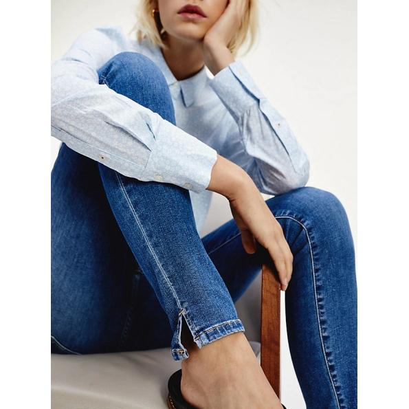 Jeans lisonjeiros têm um desbotamento sutil para dar uma aparência mais viva, além de modelar para uma sensação confortável.