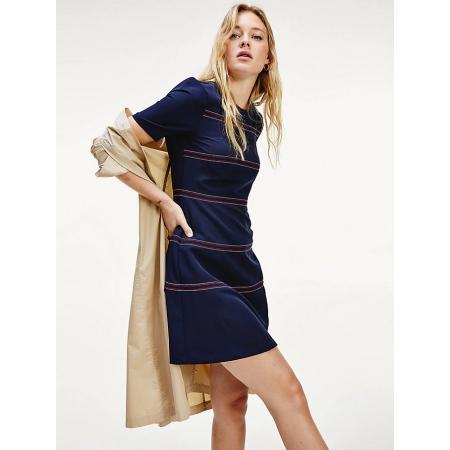 Com sua forma de encaixe e costura contrastante, este vestido de mini comprimento fará com que você esteja perfeita para as festas.