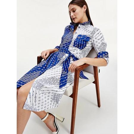 Este vestido Tommy Hilfiger apresenta painéis de contraste, uma estampa TH Monogram completa e uma bainha alta-baixa.
