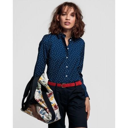 Perfeita para usar com blazers ou sweatshirts, as camisas em popelina são um clássico. Ela tem bolinhas de inspiração francesa intemporais.