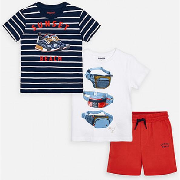 Conjunto de três peças para menino formado por duas camisolas e uns calções. Suave tecido de algodão elástico.
