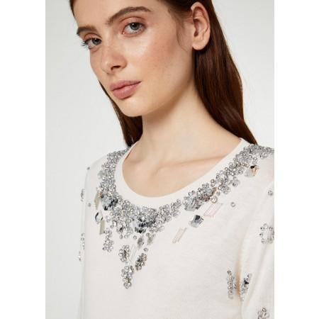 Camisola de mangas compridas, gola redonda, feita de fios de lã, modal® e algodão, com brilhantes adornos de jóias, lantejoulas e missangas.