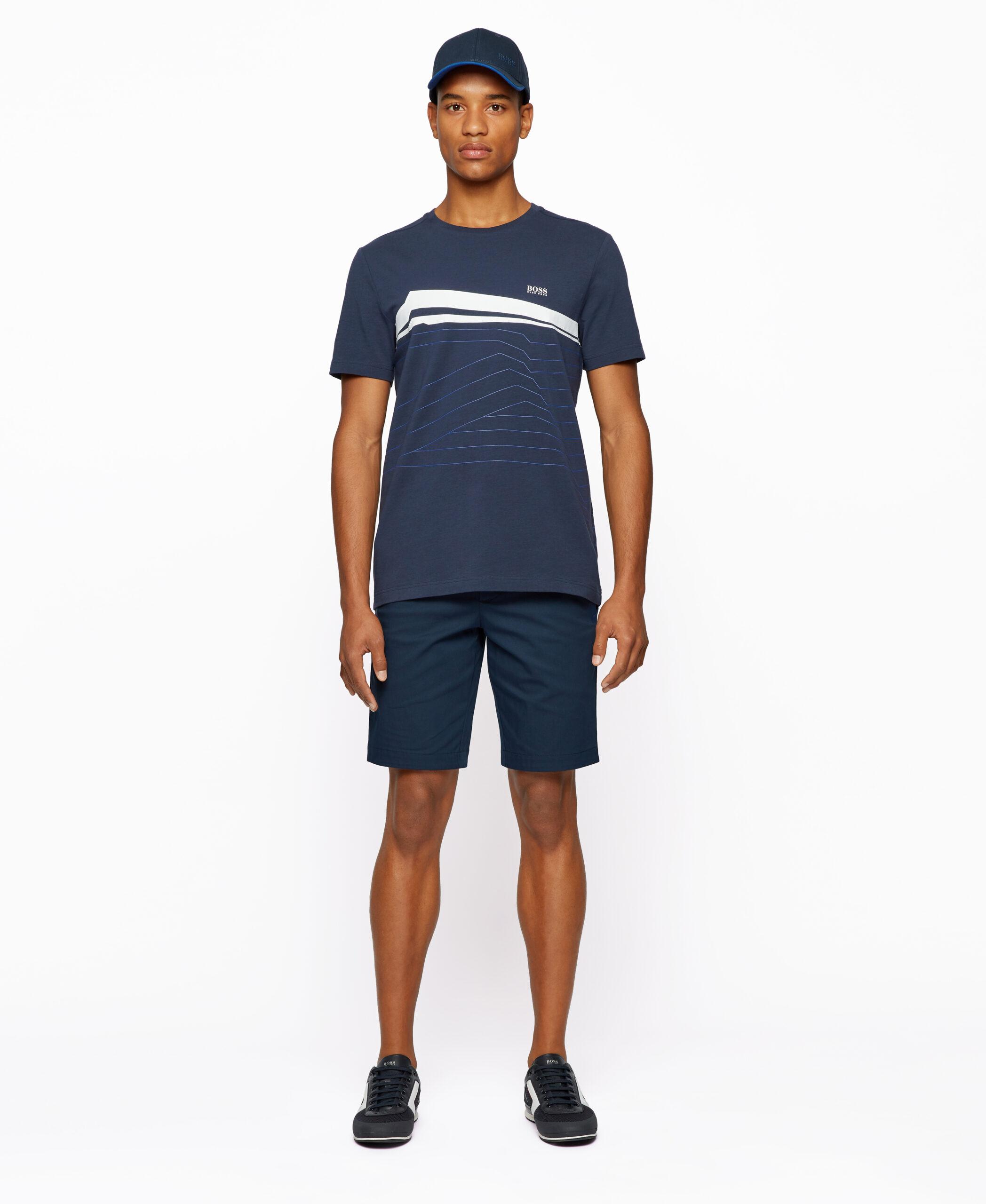 Uma T-shirt desportiva da BOSS Menswear, desenhada com um corte regular. Impresso com arte dinâmica incorporando um logotipo da BOSS