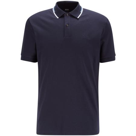 Polo BOSS Style Parlay 104 - 50448657, com listas na gola. Corte regular e manga curta em algodão interlock, nervuras elásticas na gola e punhos para maior conforto.