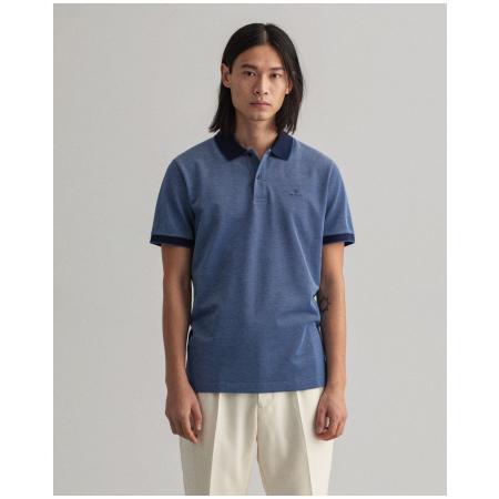 Polo GANT oxford em algodão piqué. Tem acabamentos em cor contrastante e nome da marca bordado no lado esquerdo do peito. 100% Algodão