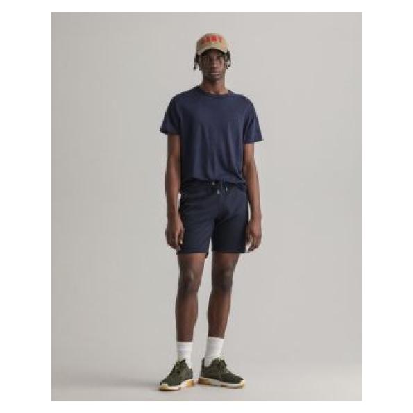 Bermudas GANT com perna afunilada e cintura média. Bolsos na cintura à frente e bolso cosido atrás. Cintura elástica com cordão e logótipo bordado na coxa.