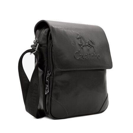 Bolsa de homem Cavalinho de tiracolo SKU: 18320092.01.99 com alça regulável com três divisões. No interior tem um bolso para o telemóvel.